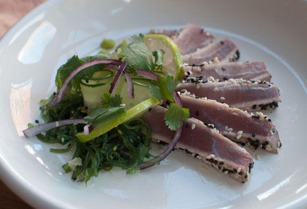 Deze tonijntataki met komkommer en wakame is makkelijk, lekker en ongelooflijk fris. Lekker als lunch, voorgerecht of lichte avondmaaltijd.
