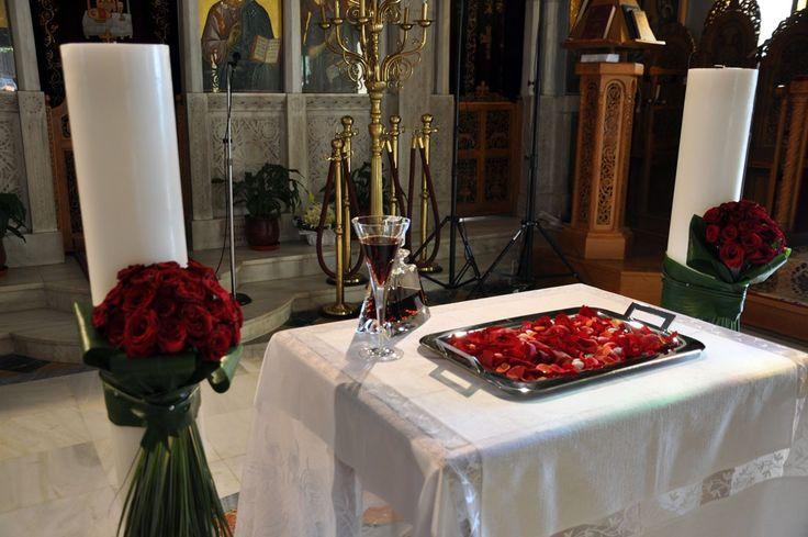 Κολώνα με μπουκέτο κόκκινα τριαντάφυλλα