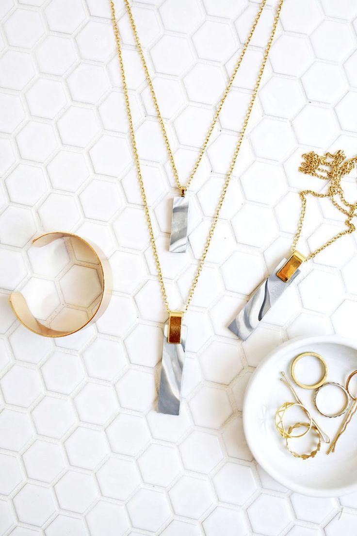 Jaspeado colgante, collar de arcilla - Manualidades Gratis