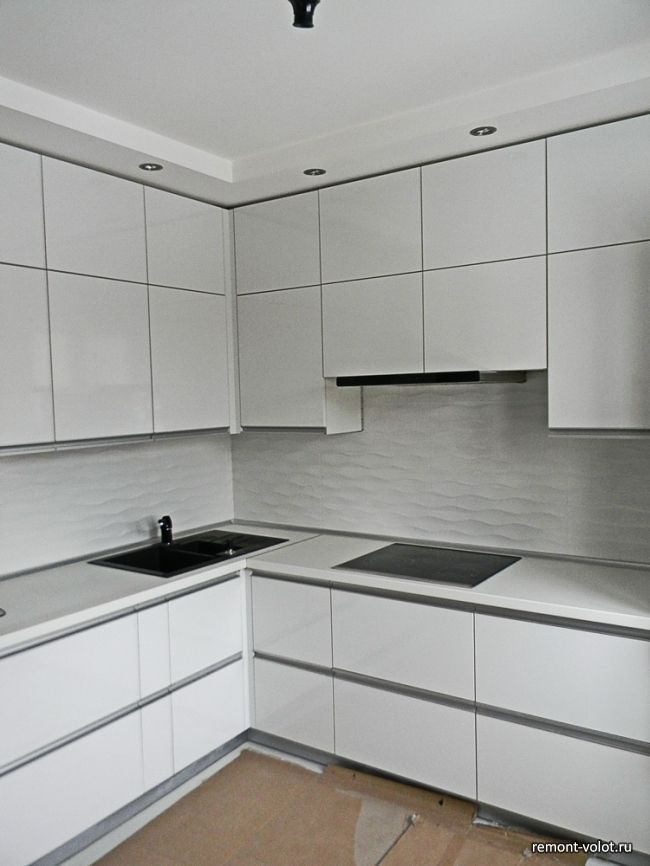 Белая глянцевая кухня 8,3 кв.м за 6200$ (10 фото после монтажа)