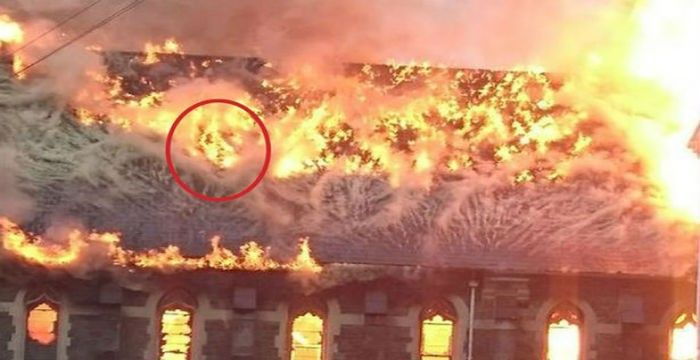 Η ΜΟΝΑΞΙΑ ΤΗΣ ΑΛΗΘΕΙΑΣ: Είδαν ανθρώπινες μορφές μέσα από φλόγες σε παρεκκλ...