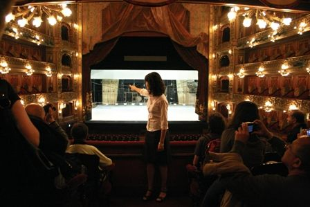 Visitas guiadas al Teatro ColónLa duración de la visita es de aproximadamente 50 minutos, comenzando en el Paseo de Carruajes (Tucumán 1171), y saliendo visitas cada 15 minutos que pueden realizarse en español o en inglés. Entrada general: $130 Tarifas Promocionales Residentes en Argentina: $50