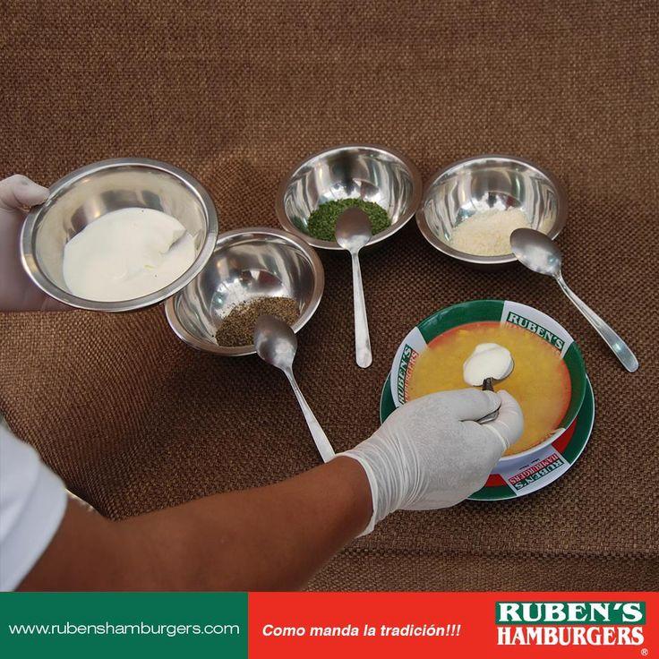 Proceso de preparación de nuestra tradicional sopa de elote. Una delicia! ❤️  #Menú #RubensHamburgers
