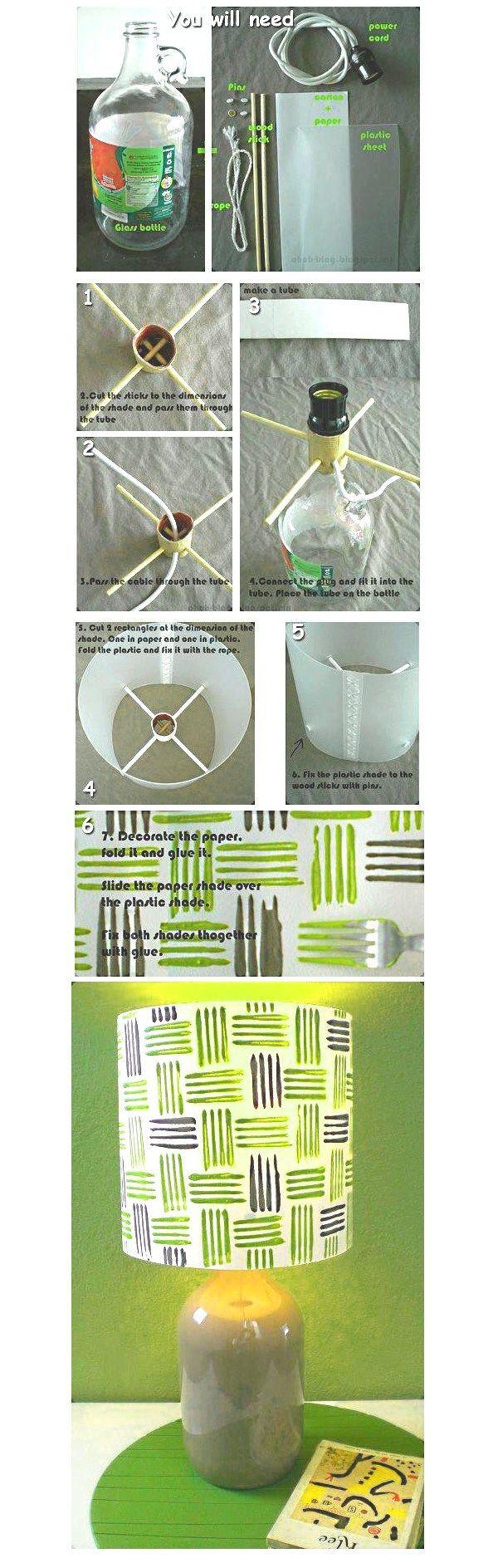 Una botella de cristal+4 Chinchetas+Cuerda+2 palos +Cartón y papel+Un cable porta bombilla+Una hoja de plástico+Pegamento. Con el cartón haz un tubo un poco más grande que el diámetro de la boca de la botella. Corta los palos por la mitad haciendo 4 de las mismas medidas. Introduce los palos a través del tubo de forma cruzada. http://youloveapple.com/2013/04/24/lampara-de-mesa-diy/#more-2972
