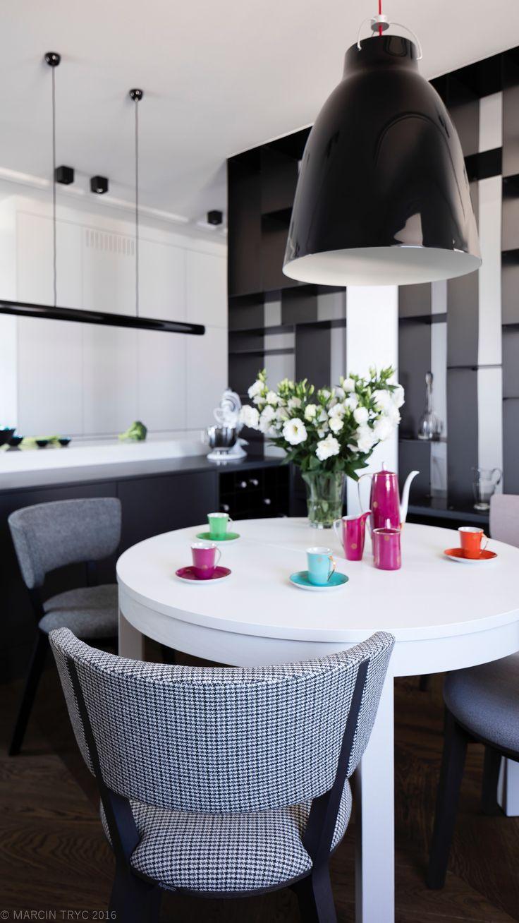 Salon z kuchnią. Apartament w kamienicy. Warszawa. Projekt Grupa Żoliborz. Foto: Marcin Tryc. Zabudowy meblowe @cubeo-meble