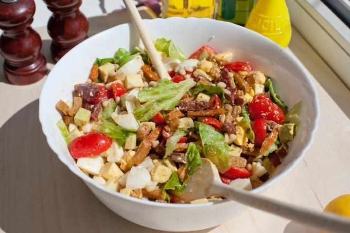 Летний салат Питательный и вкусненький салатик с сухариками.Ингредиентыяйца куриные (вареные) 4 шт.колбаса 200 гсалат 1 пучоккедровый орех 120 гчерри 200 гавокадо 1 шт.сух...