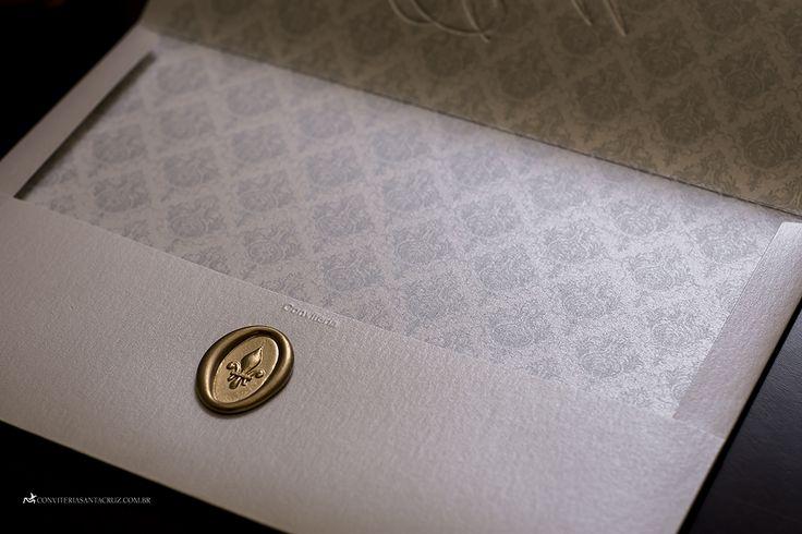Convite de casamento prático e elegante com monograma e lacre de cera (10)