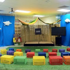 Os pallets viram puffs coloridos para a sala de adolescentes