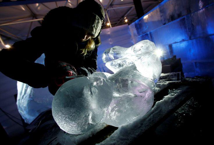 """ESTATUAS DE HIELO. Escultores trabajan en las estatuas para el Festival de Escultura de Nieve y Hielo """"Eiswelt Mainz"""" en Mainz, Alemania. Las obras de arte efímero serás parte del espectáculo de esculturas de hielo que se presentará desde el 26 de..."""