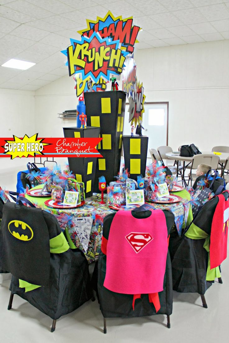 Super hero themed table decorations for a chamber banquet for Decoration chambre super heros