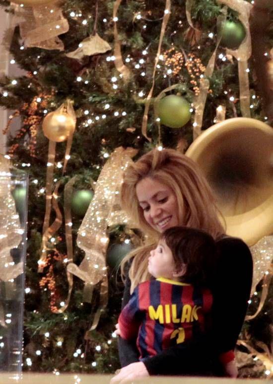 Sakira and her son Milan in Barcelona at Christmas - Ο Milan Pique βόλτα με τη μαμά του Στην γιορτινή Βαρκελώνη.