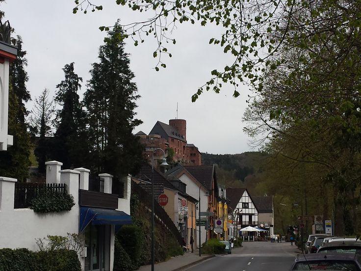 Heimbach liegt im Tal der Rur unterhalb der Rurtalsperre Schwammenauel und ist die am weitesten südlich gelegene Stadt im Kreis Düren. Die erste urkundliche Erwähnung geht zurück ins 7. Jahrhundert und über die Jahre hat