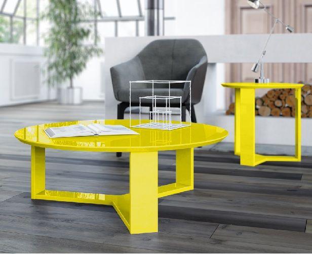 """Mesinhas coloridas em acrílico, com pintura em laca ou espelhadas podem muito bem """"conversar"""" com os tons madeira, preto e branco não só do rack, mas das mesas laterais. Além disso, dão um ar muito mais contemporâneo ao ambiente e você pode apostar em acessórios como almofadas e quadros para acompanharem a cor escolhida para a mesa. Pode ir na ousadia que dá supercerto!"""