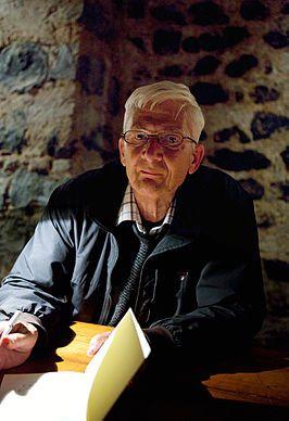 Per Olov Enquist (Hjoggböle, 23 september 1934) is een Zweeds schrijver. Hij is bekend wegens zijn historische romans; met name Het bezoek van de lijfarts (1999) waarmee hij internationale erkenning kreeg. Enquist studeerde geschiedenis van de literatuur aan de Universiteit van Uppsala en werkte als literatuurcriticus bij Svenska Dagbladet en Expressen. Door zijn werk werd hij een invloedrijk figuur in de wereld van de Zweedse literatuur. Sinds 1977 wijdt hij zich geheel aan zijn…