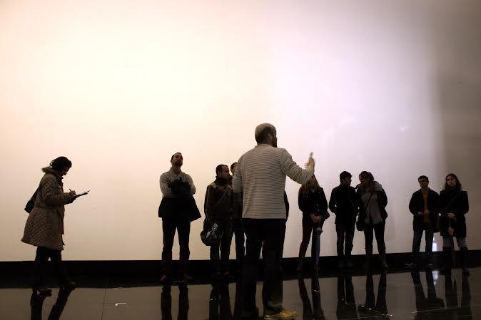 EScuchando las explicaciones sobre la puesta en escena de La Traviata. En Baluarte, Pamplona .