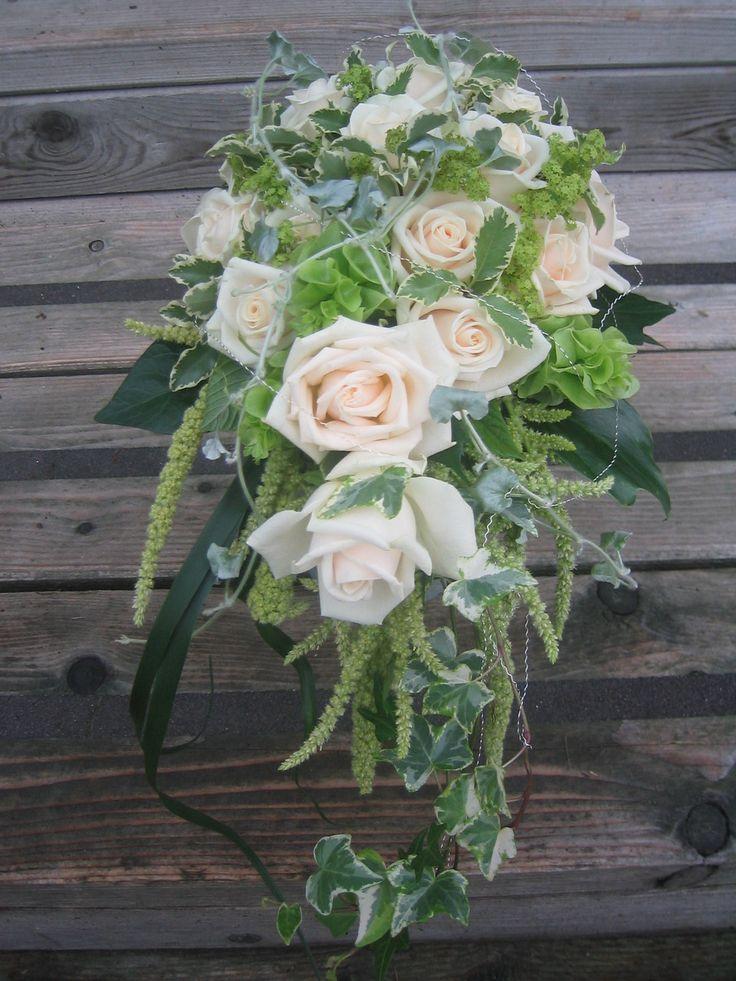 Rosen und viel Grün! Hängender Brautstrauss für zierliche Bräute!