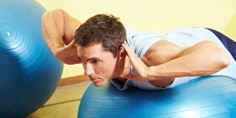 Training mit dem Gymnastikball gegen Rücken-Schmerzen