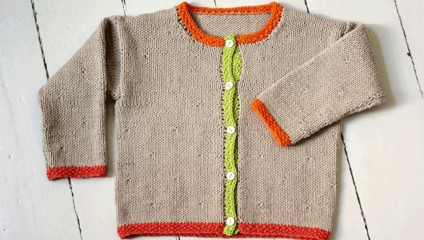 Den er blød og sød og super trendy i både vuggeren og børneren. Du kan strikke den til dem på 1, 2 og 3 år. Her er trøjen strikket i neutral beige med borter i forskellige kradse farver, men du kan sagtens strikke borterne i samme kontrastfarve eller hele trøjen i samme farve