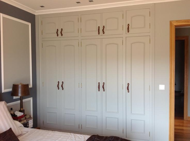 Detalle de un armario empotrado que se pinto al tono de la habitacion para que no llamara demasiado la atenciòn...los tiradores son de cuero.