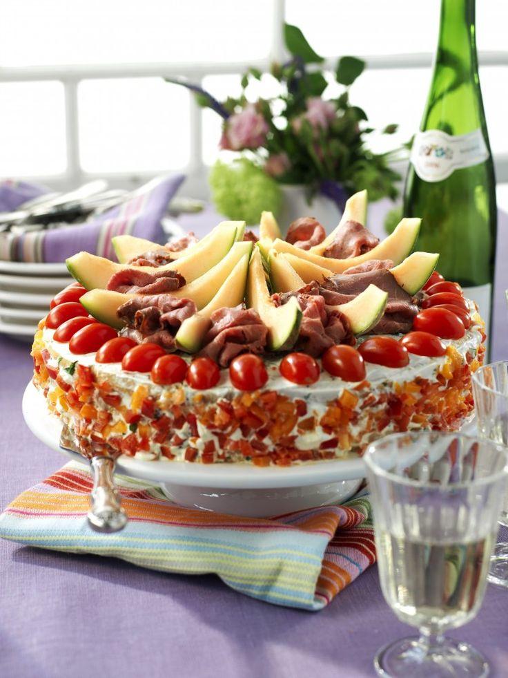 Festfin tårta som passar till alla högtider. Du kan göra hela tårtan dagen innan, men vänta med dekoren till strax före servering. Förvara tårtan övertäckt och svalt.