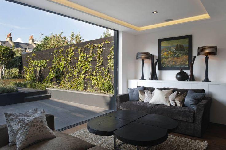 London Townhouse : Moderne woonkamers van The Silkroad Interior Design