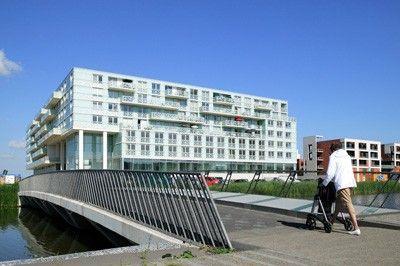 De Kristal, multifunctioneelcentrum. Bied onderdak aan oa jongerenwerk, de bewonersorganisatie, een gezondheidscentrum, ouderenhuisvesting en een bibliotheek. Nesselande Rotterdam, The Netherlands