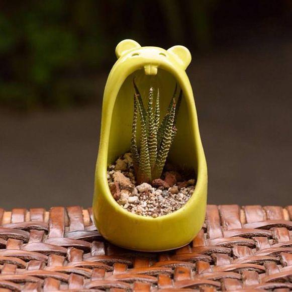 Comelones é uma série de potes feitos para colocar suculentas e outras plantinhas que imitam uma enorme boca; com dentinhos e tudo. #plantas