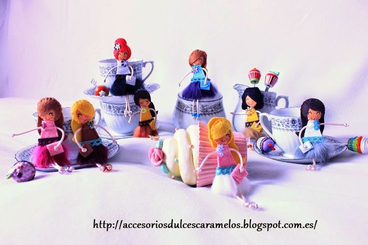DulcesCaramelos: Muñecas de Fieltro (falda de plumas) http://accesoriosdulcescaramelos.blogspot.com.es/2014/04/munecas-de-fieltro-falda-de-plumas.html