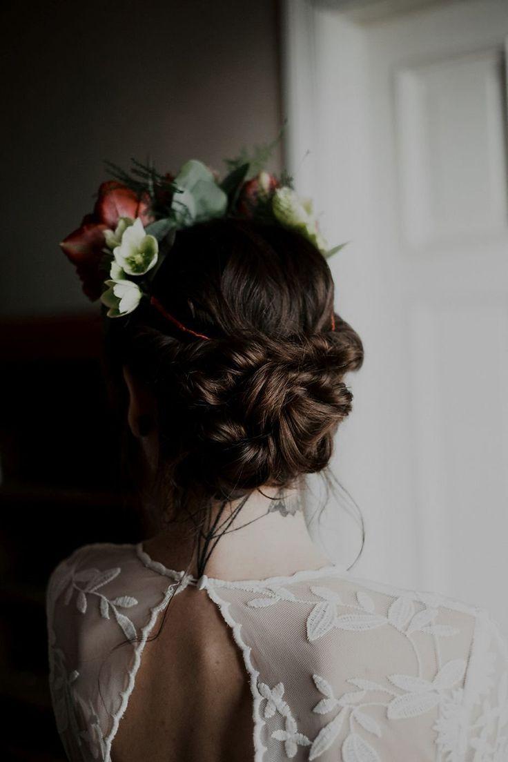Moody Elegance Bohemian wedding dress Fotos: Muse & Mirror Brautkleid: Rue de Seine von Seeweiss Haare & Make-Up: Rouge Rosé Strauß & Blumenkranz: Kopflegenden Dessous: Fransik Dessous Morgenmantel: Poirie