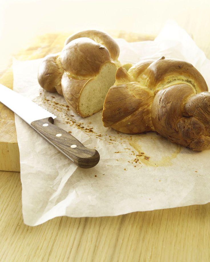 Mit diesem Rezept kannst Du easy einen luftigen Butterzopf selber machen. Einfach den Teig herstellen, flechten, backen … – mmmh. Check gleich das Rezept und back Dir den Zopf.
