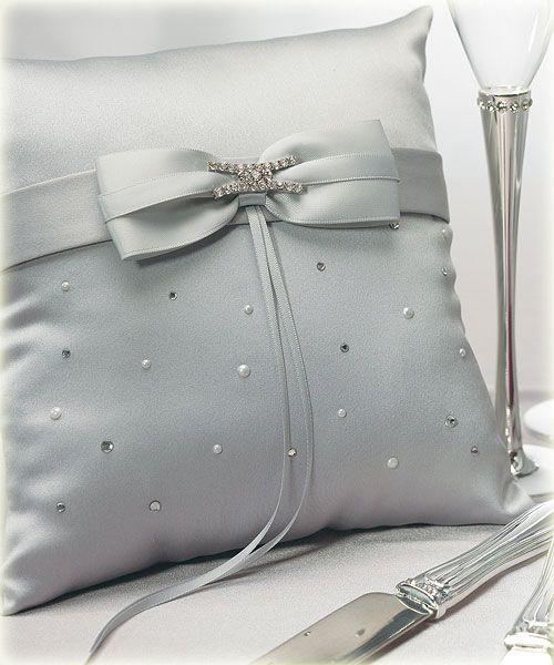 Ringkussen Platinum Design met platina uitstraling voor je bruiloft of trouwen. Ringkussen Platinum Design met platina uitstraling voor je bruiloft of trouwen.