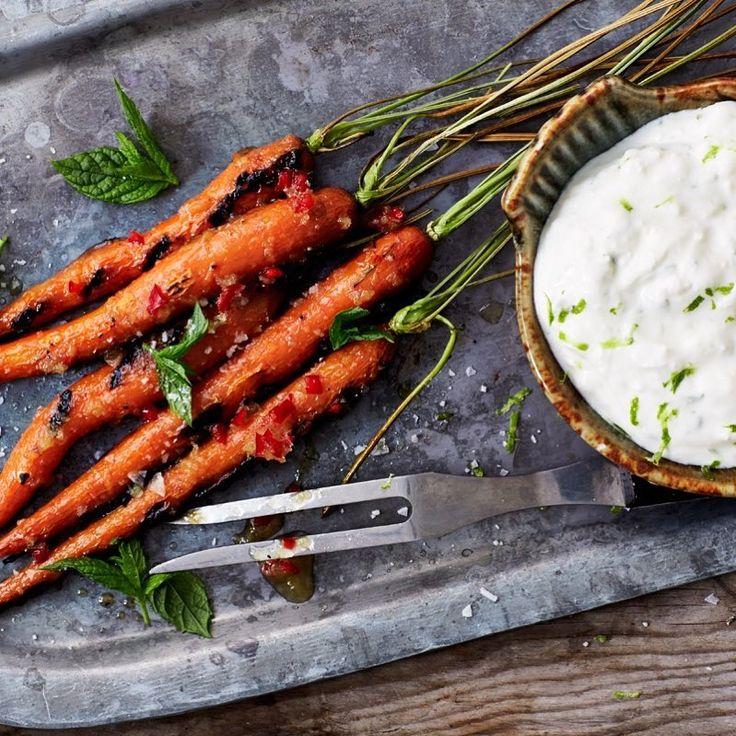 Vego 💚 Testa helgrillade morötter med ostkräm och honungsglaze. 🥕 Använd helst fast honung, den smakar mer och gör glazen lagom flytande. • Morot grillad grillade ost kräm yoghurt sås dipp glaze #arlaköket #arla #recept