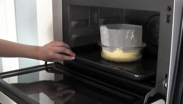 5 Вылить тесто в форму. Поставить форму на противень и налить примерно 1/4 литра кипятка. Тортик выпекать в разогретой до 170° духовке в течение 15 минут. Затем уменьшить температуру до 160° и печь еще 15 минут. Выключить духовку и оставить торт остывать внутри еще на 15 минут.  Остудить торт и посыпать сверху сахарной пудрой.