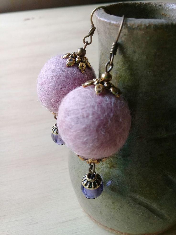 Aros de fieltro hechos a mano con vellón color rosa y cuenta de vidrio.