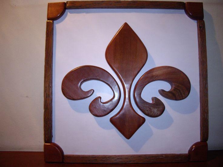 Flor de Lis: Cuadro realizado en madera de 1 pulgada, calada y pulida. Terminación a mano.