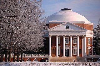 De rotunda van de Universiteit van Virginia in Jeffersoniaanse stijl, was een Amerikaanse vorm van het neoclassicisme en neopalladianisme Locatie Charlottesville, Verenigde Staten Opgericht1819 door Thomas Jefferson. Kenmerkend: het wit, de klassieke zuilen, symmetrische bouw en eenvoud van vorm.