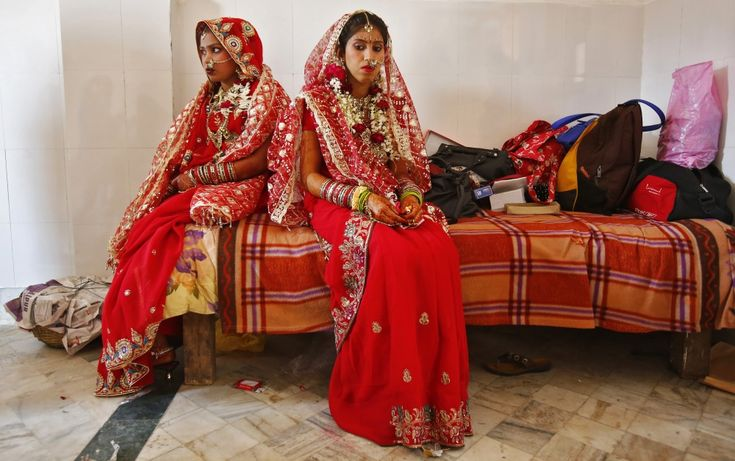 ©Anindito Mukherjee Indian brides choose a traditional lehenga choli outfit, often in red, adding 16 accessories and jewels according to Solah Shringar (a bridal beauty ritual)