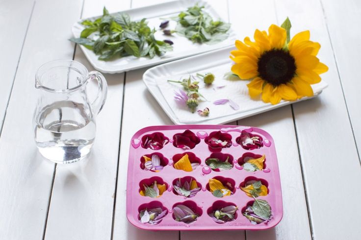 I cubetti di ghiaccio aromatizzati sono un'idea briosa per rendere uniche e colorate le bevande, perfetta se state pensando di organizzare un aperitivo a casa. Possono essere preparati con anticipo e tenuti in freezer anche come base per drink alcolici.