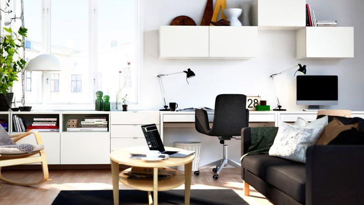 gut durchdachter Wohnzimmerarbeitsplatz mit BESTÅ Aufbewahrung, BESTÅ Regalen mit Tür + BESTÅ Aufbewahrungskombi weiß, MICKE Schreibtisch we...