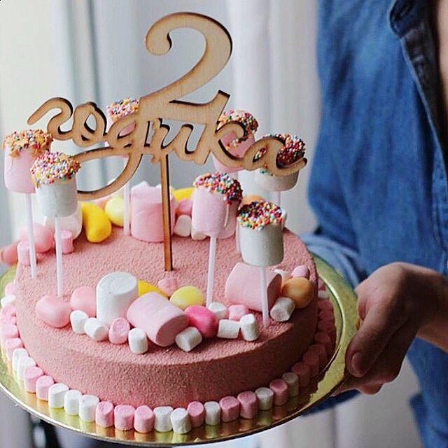 Под шоколадным велюром дважды выпеченное песочное тесто с корицей, выпеченный пряный чизкейк с миндалём, прослойка из чернослива и холодный карамельный чизкейк.  Автор instagram.com/lupochka