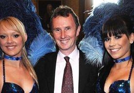 5-May-2013 8:26 - PARLEMENTARIËR UK MISBRUIKTE 2 MANNEN. Tory-politicus Nigel Evans is gisteren gearresteerd op verdenking van aanranding en verkrachting, zo meldt de BBC. De 55-jarige Evans is de tweede man van het Britse Lagerhuis. Hij zou twee mannen van in de 20 hebben misbruikt. Inmiddels is hij alweer op borgtocht vrijgelaten. Hij zou de twee mannen tussen juli 2009 en afgelopen maart hebben misbruikt, zo luiden de beschuldigingen. Premier en partijleider David Cameron is volgens...
