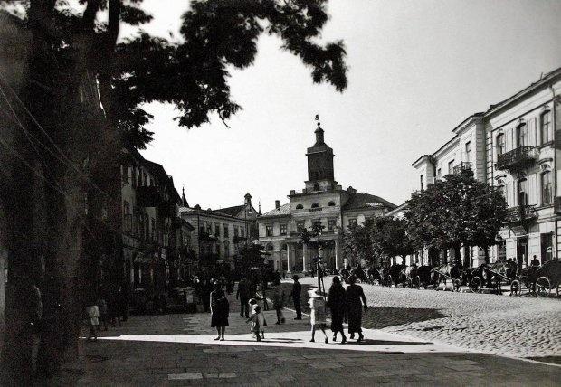 A teraz przekraczamy Bramę Krakowską, żeby znaleźć się na ul. Królewskiej. W XVII wieku w tym miejscu były Korce, czyli plac targowy. Od 1784 roku przy ul. Królewskiej 3 działała Komedialnia na Korcach. Ulica zmieniła nazwę na Królewską na początku XIX wieku.