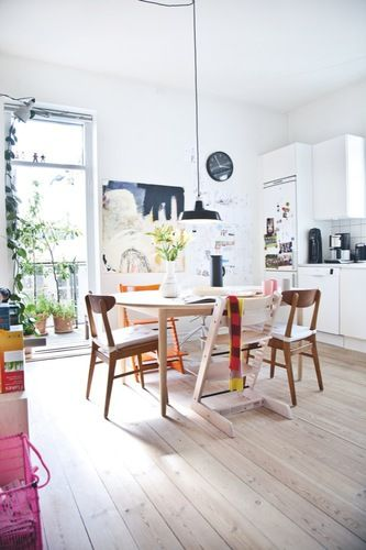I have to pin this as it's pretty much an exact replica of my dining room furniture - Tripp Trapp Stokke chairs, midcentury modern chairs and a round table - in different colours... I must have a twin in Denmark. Kom indenfor i arkitektens levende hjem - Bolig Magazinet