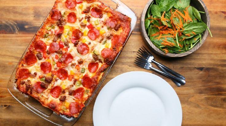 TRÈS ORIGINALE ! Vous hésitez entre une lasagne et une pizza ? Faites l'essai de cette recette facile qui les combine justement. Dans un poêlon, faites cuire 500g de saucisse italienne hachée jusqu'à ce qu'elle perde sa couleur rosée. Retirez du feu et réservez. Dans le même poêlon, cuisez durant quelques minutes 1 oignon jaune …