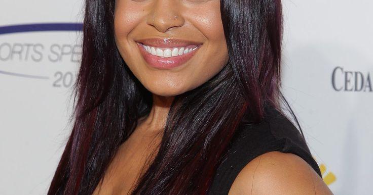 Cómo hacer reflejos color borgoña en el cabello negro