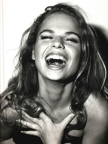 """""""O sorriso é a curva mais bonita que uma mulher tem no corpo."""" Ótima segunda pra todo mundo! \o/"""