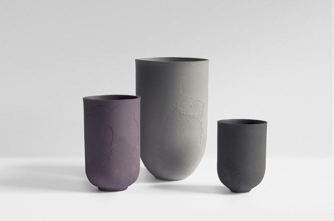 Flaws est une collection de vases, conçue par Marie Liebhardt. Les rues, les ponts, les murs sont tous marqués par des défauts. Comme preuve du passage du temps, la peau de la ville évolue, change de couleur et de texture.  Flaws est inspirée par ce processus de détérioration. Ces vases en porcelaine sont soulignés par un élément unique leur texture, ils visent à mettre en évidence les irrégularités.