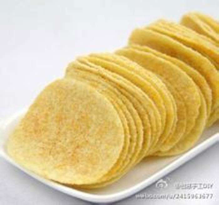 【DIY非油炸薯片】薯片是油炸的,不健康又熱氣,為大家炮製一款非油炸的薯片.做法:1、土豆切成薄片,越薄越好。泡在水里去掉淀粉。2、控干水分,两面涂油撒盐,放在盘子上不加盖,微波炉900w高火5分钟。3、取出后,如果背面还有水分,就再翻面高火1-2分钟