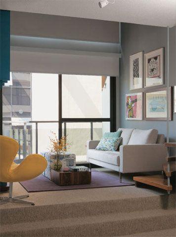 No estar, optou-se por um sofá de dois lugares, de 1,70 m de comprimento, com braços estreitos. Poltrona da City Design com algodão da Again.
