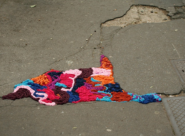 Juliana Santacruz Herrera. Parisian Artist who patches the street with yarn